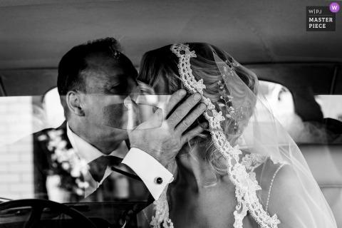 Italië vader van de bruid kust haar voordat ze de kerk van San Pietro in Montorio Rome binnengaat