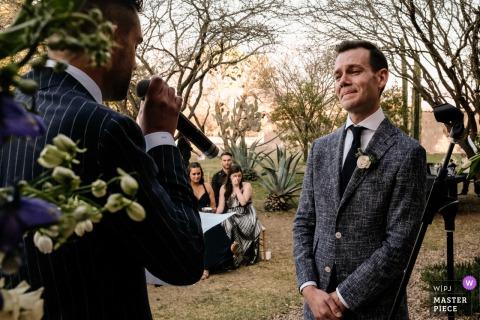 Bruidegom emotioneel tijdens geloften in San Miguel de Allende