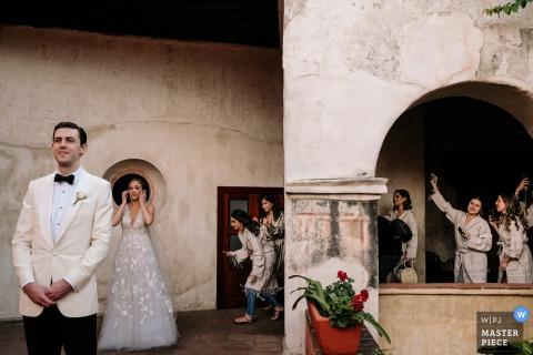 Afbeelding van de bruid die emotioneel wordt voordat ze voor het eerst kijkt terwijl haar vrienden naar Quinta Real in Oaxaca City kijken