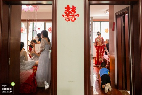 Jinhua home wedding photo from the bride's home of The bridesmaids making up and the bride and grandmother were chatting
