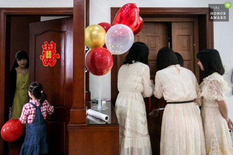 China home wedding photo of The bridesmaids going to block the door to prevent the bridegroom from coming in, and the children was going to enter the bride's room