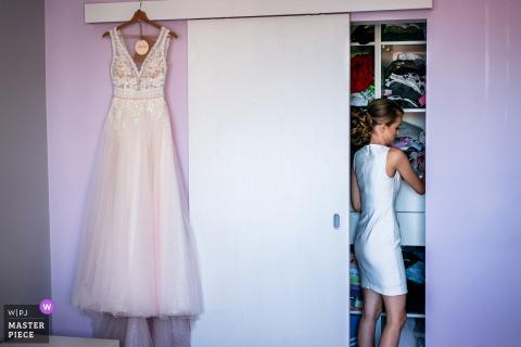 De bruid maakt zich op voor de Grote Dag in haar huis, Sofia, Bulgarije