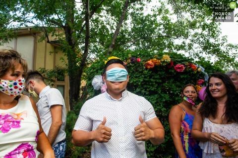 Backyard, Arvada Colorado, immagine del matrimonio all'aperto di una maschera che si schiocca sul suo viso, ma copre tutti i posti sbagliati