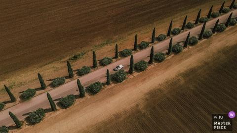 Puglia, Italië Bruid en bruidegom in hun auto, luchtfoto van een drone-camera