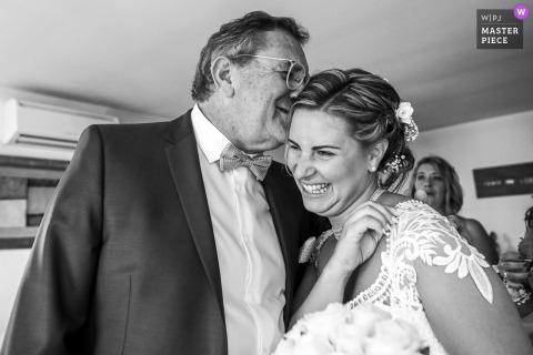 Un padre francese ha scoperto sua figlia con emozione in questa immagine del matrimonio