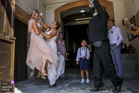 Occitanie Wedding-getuigen spelen na de ceremonie met de kerkklok