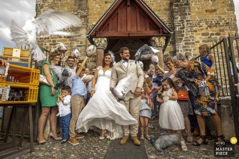 Occitanie bruiloft afbeelding van achter de kerk van de vogels die worden vrijgegeven voor de bruid en bruidegom