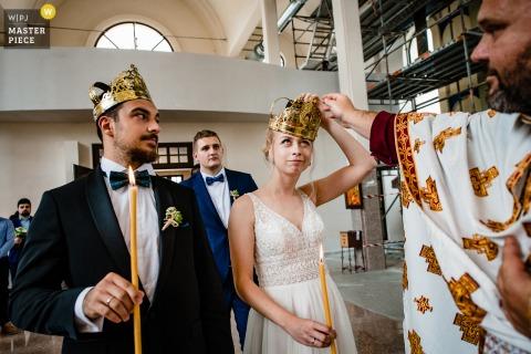 Montana Bulgarije Kerkceremonie afbeelding van de bruid met een grappig gezicht en een kroon op haar hoofd