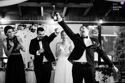 Eerste toast voor de bruid en bruidegom in restaurant en trouwlocatie Augusta in Montana, Bulgarije