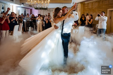 St. Sofia Golf Club First Dance voor de bruid en bruidegom met mist op de vloer