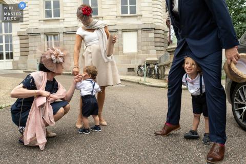 Limoges Kinderen spelen buiten op de locatie van de huwelijksceremonie in het gemeentehuis