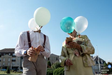 Ballonnen bij het gemeentehuis voor de bruiloft in Saint Yrieix La Perche