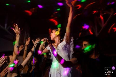 fotografia ślubna przedstawiająca pannę młodą śpiewającą na after party w Ankarze, Kizilcahamam, w domu pary