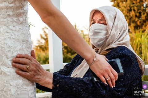 Afbeelding uit Case De Garden, Izmir, Turkije, waaruit blijkt dat de grootmoeder de bruid niet kan vasthouden vanwege de pandemie.