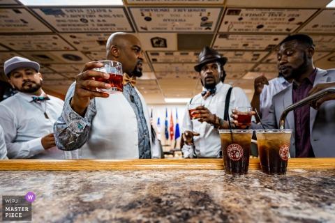 CO-bruidegom en bruidsjonkers genieten van een drankje bij de VFW, Fort Collins