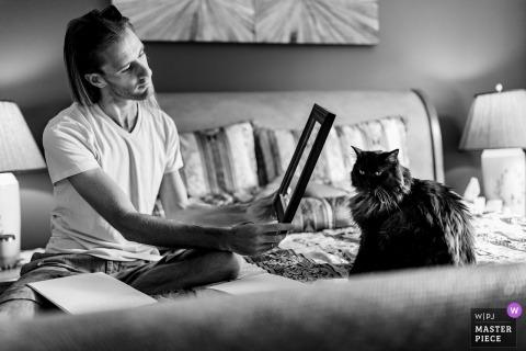 Private Residence Hochzeitsbild aus Asheville, NC als Der Bräutigam schreibt seiner Braut ein Gedicht, verwendet aber den Rahmen, um seine Katze zu komponieren
