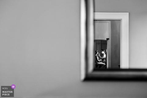 La mariée de mariage d'Istanbul se prépare depuis le miroir dans cette image en noir et blanc