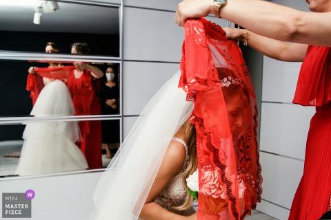 L'immagine che mostra la sposa è ricoperta di rosso secondo le tradizioni di questo matrimonio di Istanbul