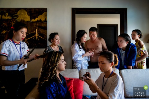 Vietnam wedding image of the family from the getting ready time