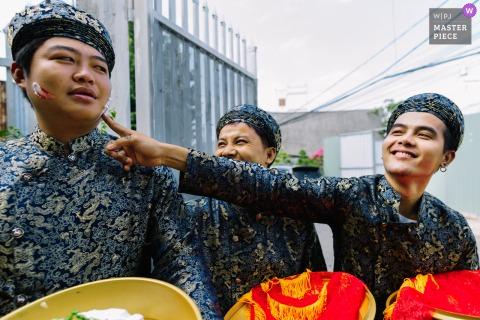 Ho Chi Minh Vietnam trouwfoto van de bruidsjonkers die buiten plezier hebben