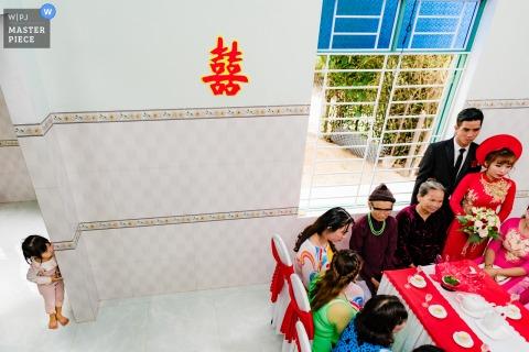 Ho Chi Minh Vietnam trouwfoto thuis voor de ceremonie met een klein kind