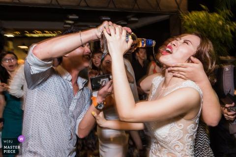 Afbeelding van de bruid die ongewenste drankjes ontvangt in Ho Chi Minh Vietnam op de afterparty van de club