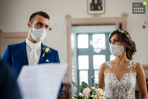 Hôtel de ville de Chapareillan, Savoie, France Image de mariage Covid d'une cérémonie civile, les mariés portant des masques se regardent