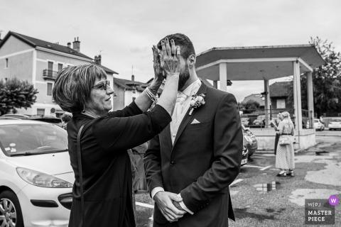 La mère du marié cache ses yeux pour qu'il ne voie pas la mariée à l'hôtel de ville de Chapareillan, Savoie, France