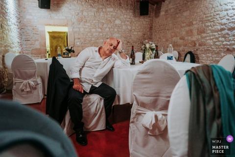 Afbeelding van de vader van de bruidegom die slaapt tijdens de avondbruiloft in Chateau de Crazanne, Frankrijk