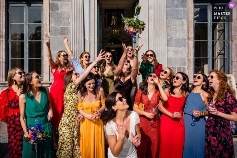 Ramo improvisado con amigos de la escuela de la novia en medio de la recepción de bebidas durante el día en el Gloster House, Offaly, Irlanda