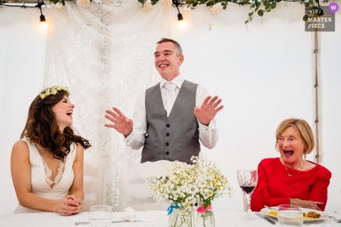 Cork, Ierland Toespraak van de bruidegom voor zijn bruid en moeder tijdens de huwelijksreceptie