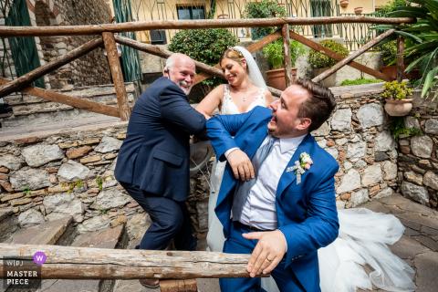 De echtgenoten begroeten de celebrant na de ceremonie in volledige anti-covid-stijl in het paleis van de hertogen van Santo Stefano - Taormina