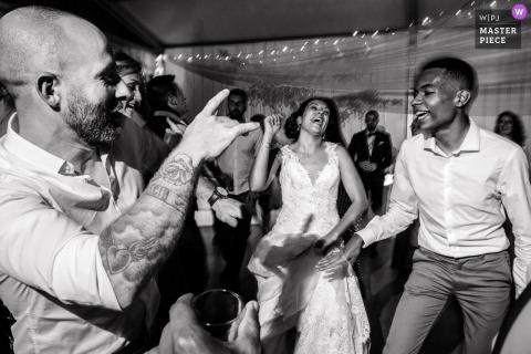 De bruid heeft het geweldig naar haar zin op de dansvloer met de gasten bij de receptie van Domaine des Moures