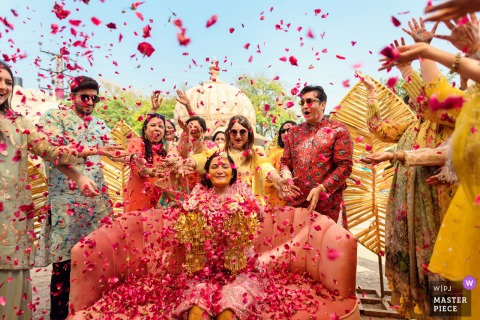 Jaipur, India Bruid wordt overladen met liefde en zegeningen van haar naaste familie op de dag van haar huwelijk