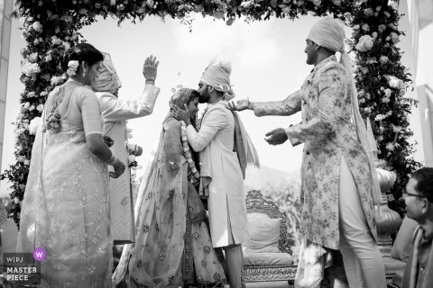 Bild von Udaipur, Indien, das Momente zwischen Momenten bei der Hochzeitszeremonie zeigt