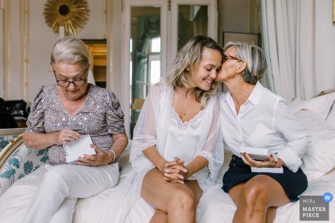Ritz Paris Hochzeitsbild eines Kusses zwischen der Mutter und der Braut