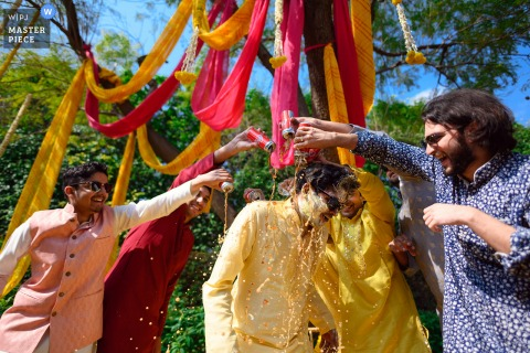 Delhi, Indien Hochzeitsbild zeigt Freunde wollen nur Spaß im Freien mit dem Bräutigam haben