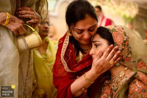 mumbai, India bruiloft afbeelding toont dat moment waarop je je realiseert dat de deal is bezegeld met geluk en tranen van vreugde