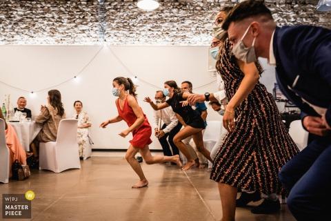 Gli ospiti corrono durante una partita al pranzo di nozze presso la sede del Domaine de Mauvoisin, Lommoye, Francia
