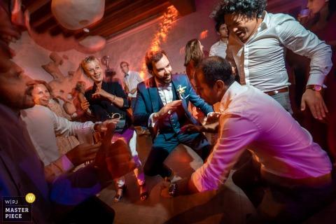 Imagen de la boda del Domaine de Quincampoix, Francia que muestra la fiesta de baile con el novio