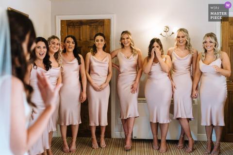 Sandhole Oak Barn trouwfoto van de bruidsmeisjes die huilen als ze de bruid zien