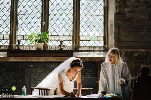 Crosby, Liverpool huwelijksreportage foto van de bruid die papieren ondertekent
