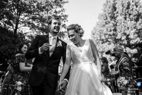 Confeti para la novia y el novio tras su boda al aire libre en el castillo de Strassoldo, Cervignano, Udine, Italia