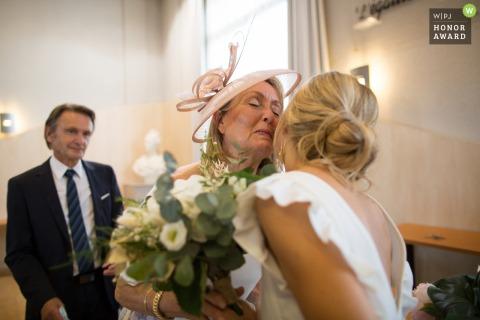 Lugar de la ceremonia de la foto de la boda de Francia de la novia besándose mientras sostiene sus flores