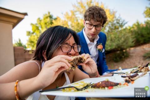 Utah- Airbnb Backyard Reception mariage photo des mariés mangeant un repas