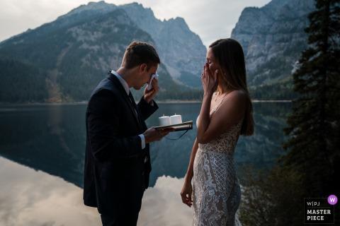 Sposa e sposo si asciugano le lacrime mentre si leggono i loro voti durante la loro fuga a WY