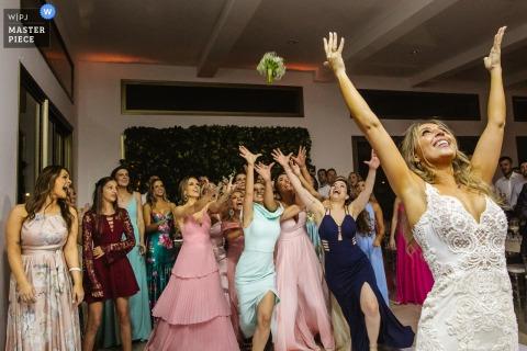 Image de la mariée lançant le bouquet à la Casa dos Noivos - Xangri-lá - Brésil