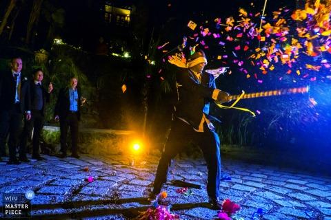 Een geblinddoekte bruiloftsgast slaat een pinata gevuld met snoepjes kapot tijdens de huwelijksreceptie in Casa Chorro, San Miguel de Allende, Mexico