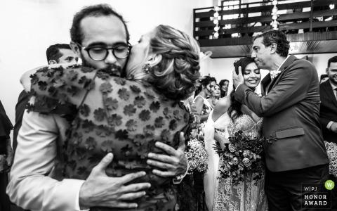 Photographie de mariage Alagoas du Brésil lors de la cérémonie en plein air montrant lorsque les parents remettent leurs enfants à la cérémonie de mariage