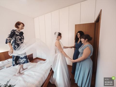 Photo de mariage à Milan de la maison de la mariée pendant la préparation de la mariée